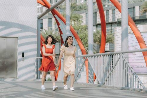 Fotobanka sbezplatnými fotkami na tému architektúra, Ázijčanky, brunety, chôdza