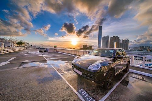 akşam karanlığı, altın saat, araba, araç içeren Ücretsiz stok fotoğraf