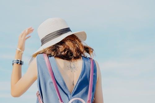 Imagine de stoc gratuită din brunetă, femeie, pălărie de soare, rochie albastră