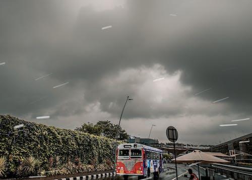 kalabalık cadde, mumbai, otobüs, otobüs durağı içeren Ücretsiz stok fotoğraf