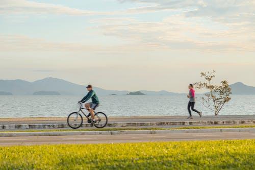 Foto d'estoc gratuïta de bici, bici de muntanya, corrent, home