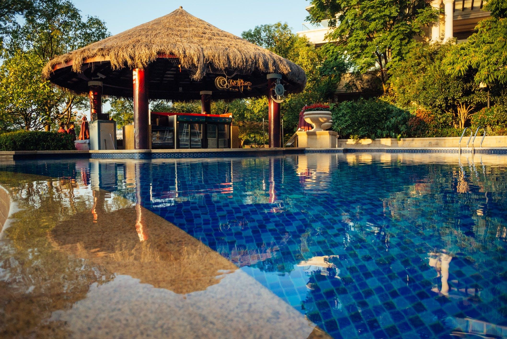 Kostnadsfri bild av arkitektur, bassängkant, hotell, simbassäng