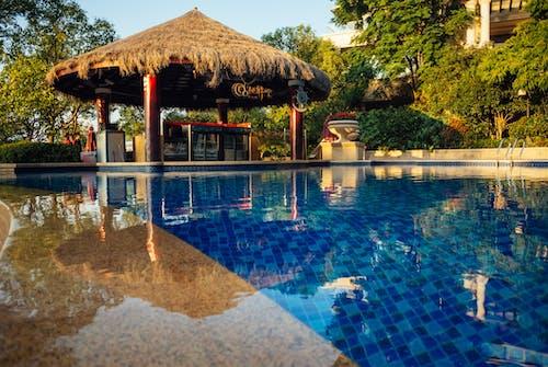 Безкоштовне стокове фото на тему «архітектура, біля басейну, вода, готель»