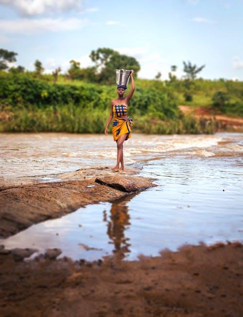 Fotos de stock gratuitas de agua, caminando, cubo, descalzo