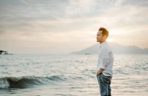 adam, ayakta, boş zaman, deniz içeren Ücretsiz stok fotoğraf