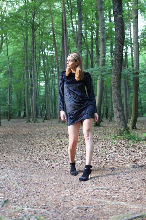 伤心的样子, 嚴肅, 大自然, 女人走路 的 免费素材照片