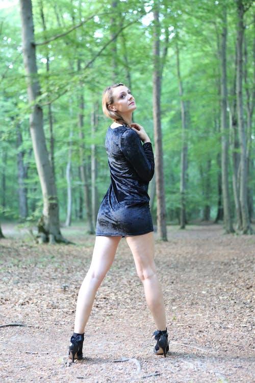 伤心的样子, 嚴肅, 大自然, 女人站 的 免费素材照片
