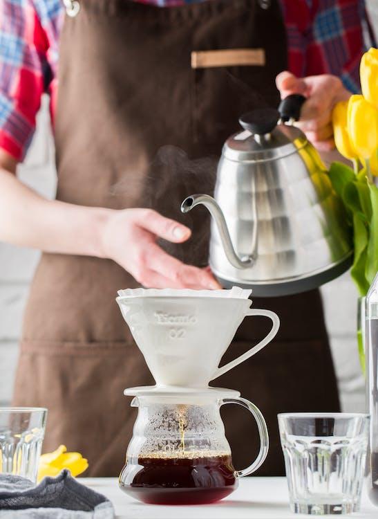 ấm đun nước, bàn, cà phê