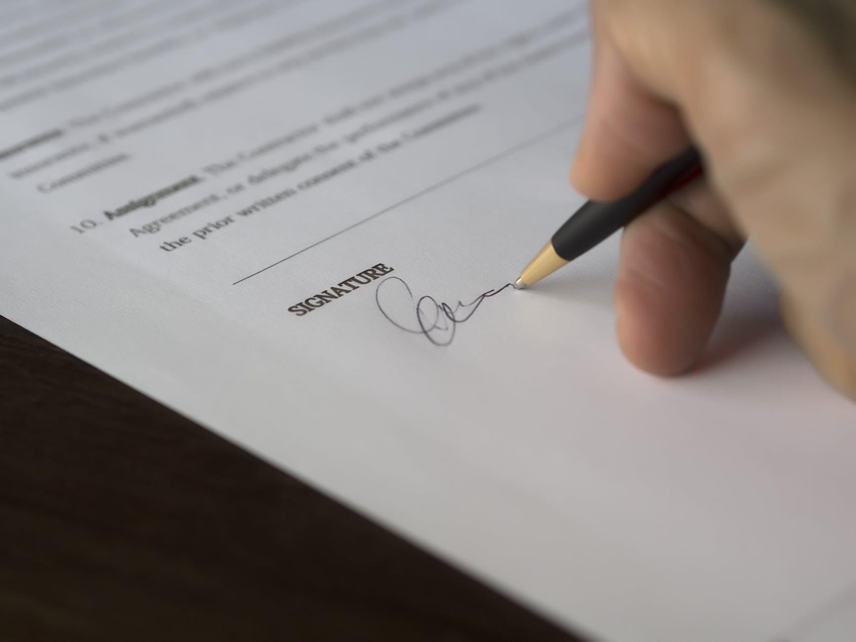 Pelajari perjanjian pinjaman agar tidak tertipu.