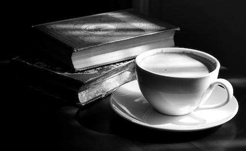 Gratis stockfoto met boeken, boekenstapel, eenkleurig, klassiek