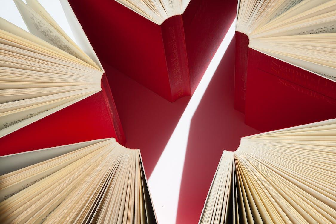 Ilustração De Livros Abertos Em Vermelho