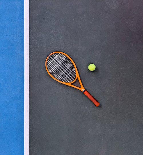 Foto profissional grátis de bola de tênis, corte de justiça, equipamentos esportivos, quadra