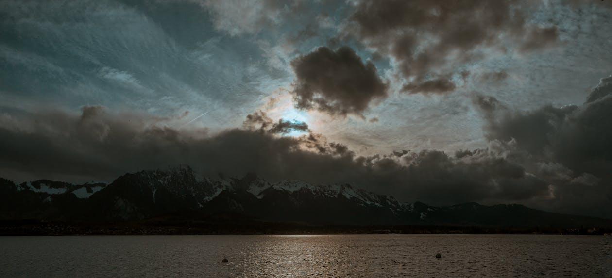 alpy szwajcarskie, chmury, jezioro