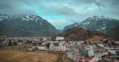 ağaçlar, Alpler, altyapı, binalar içeren Ücretsiz stok fotoğraf