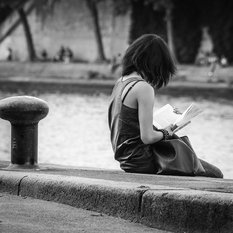 Mujer Vestida Con Camiseta Sin Mangas Gris Y Sentada En El Suelo