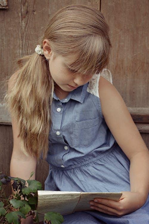 Gratis lagerfoto af barn, blond, hår, læse