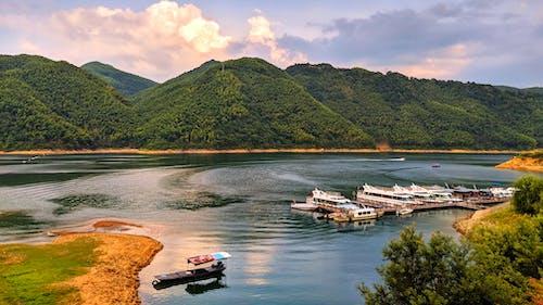 Kostnadsfri bild av båtar, berg, brygga, flod