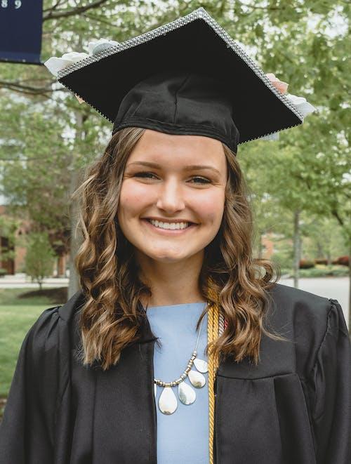 Foto profissional grátis de atraente, celebração, chapéu de graduação, estudante de faculdade