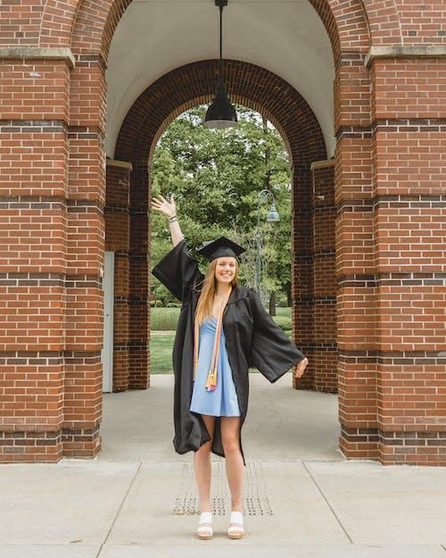 Foto profissional grátis de alegria, chapéu de graduação, êxito, faculdade