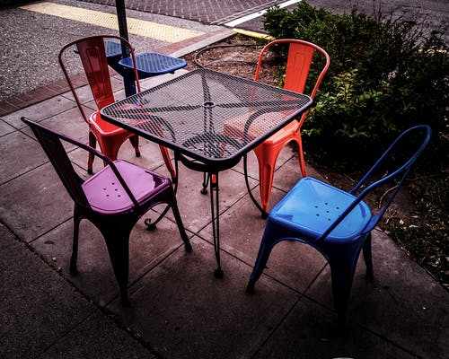 Fotobanka sbezplatnými fotkami na tému stoličky vonku
