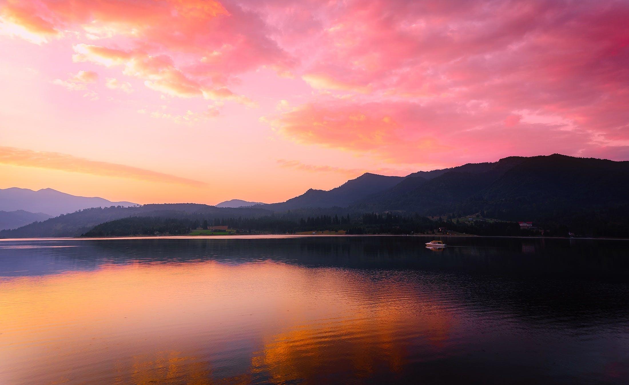 ağaçlar, akşam, bulutlar, dağlar içeren Ücretsiz stok fotoğraf