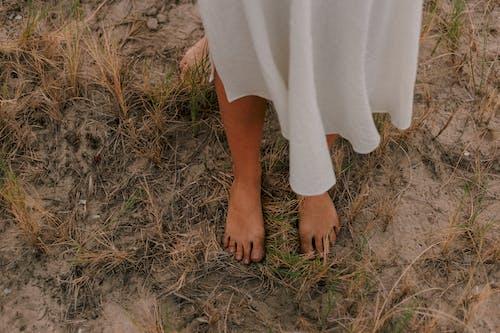 Gratis lagerfoto af barfodet, beskidt, græs, hakket