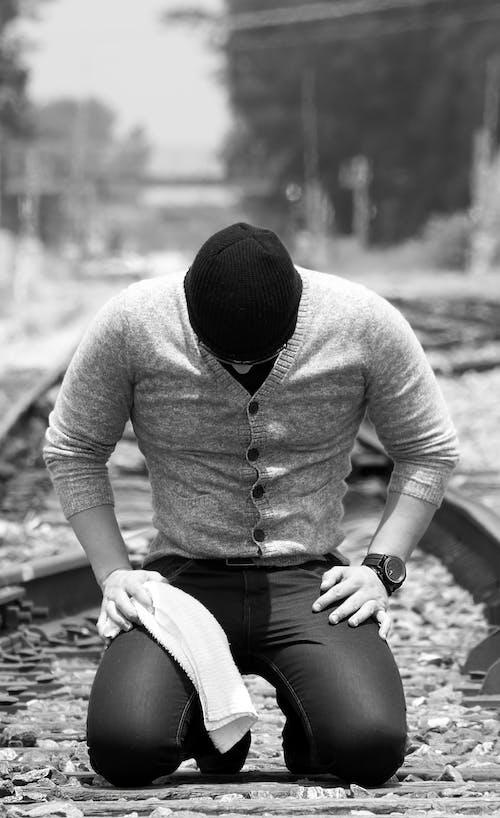 คลังภาพถ่ายฟรี ของ ขาวดำ, คน, คุกเข่า, ทางรถไฟ