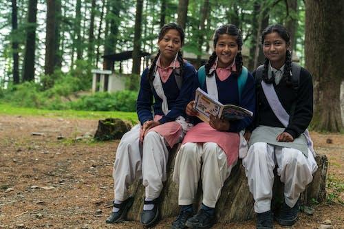 Δωρεάν στοκ φωτογραφιών με Κολέγιο, κορίτσια, παιδιά, πρωί