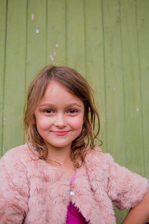 Foto profissional grátis de 5-6 anos, beleza, cachos, cor-de-rosa