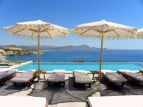 Ilmainen kuvapankkikuva tunnisteilla aurinkovarjo, chillaus, kreikan saari, kreikkalainen