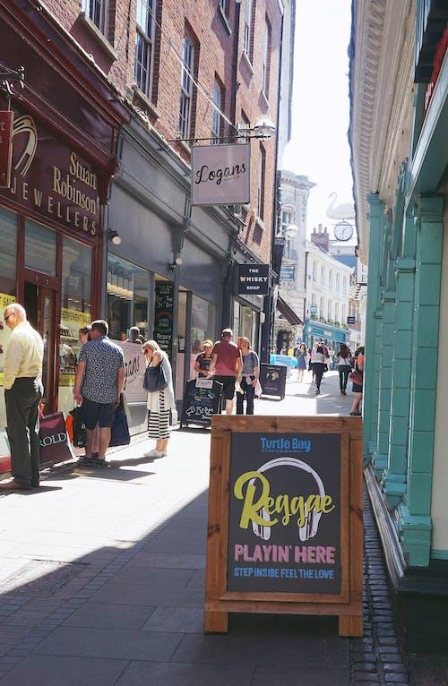 Gratis stockfoto met boodschappen doen, drukke straat, muziek, shops
