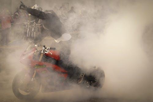 Foto stok gratis balap motor, berbahaya, debu, helm