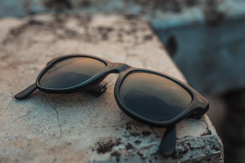Kostenloses Stock Foto zu schwarze sonnenbrille, selektiven fokus, sonnenbrille