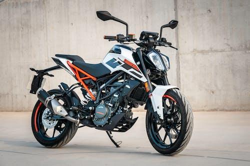 Fotos de stock gratuitas de aparcado, bici, moto, motocicleta