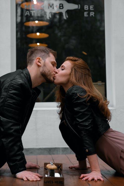 Siyah Ceket Giyen çift öpüşme