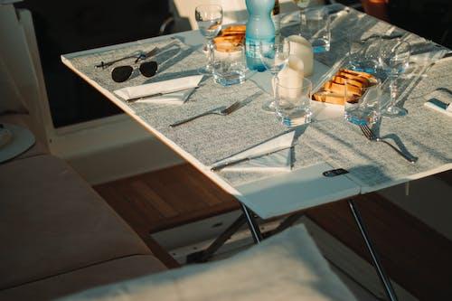 Photos gratuites de dîner, lunettes, pain, table