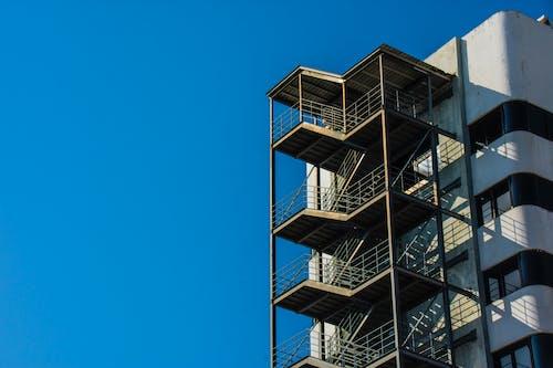 Kostenloses Stock Foto zu architektur, bauwerk, bürogebäude außen, blau