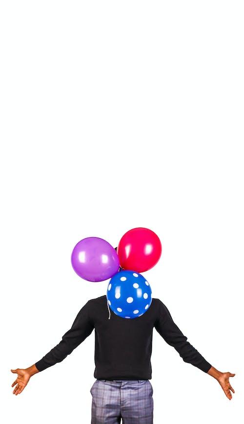 Бесплатное стоковое фото с воздушные шары, мужчина, покрытый, руки