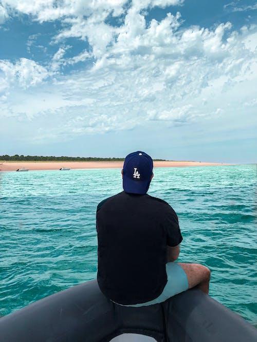Foto profissional grátis de água, ao ar livre, barco, boné