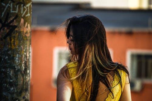 Foto d'estoc gratuïta de cabell, ciutat, foto vertical, groc