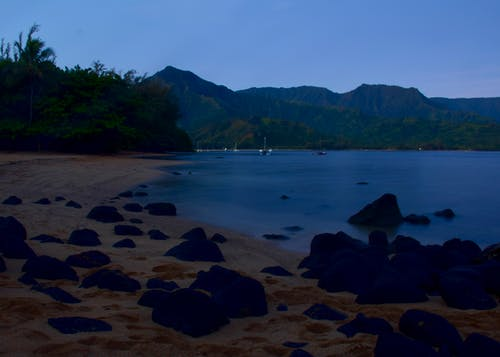 Immagine gratuita di alba sulla spiaggia, baia di hanalei, kauai, ora blu