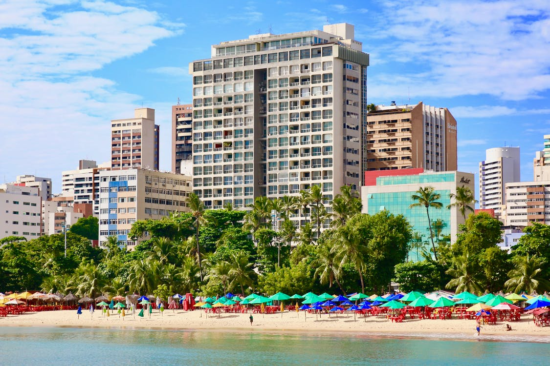 beach hotel, γαλάζιος ουρανός, διακοπές