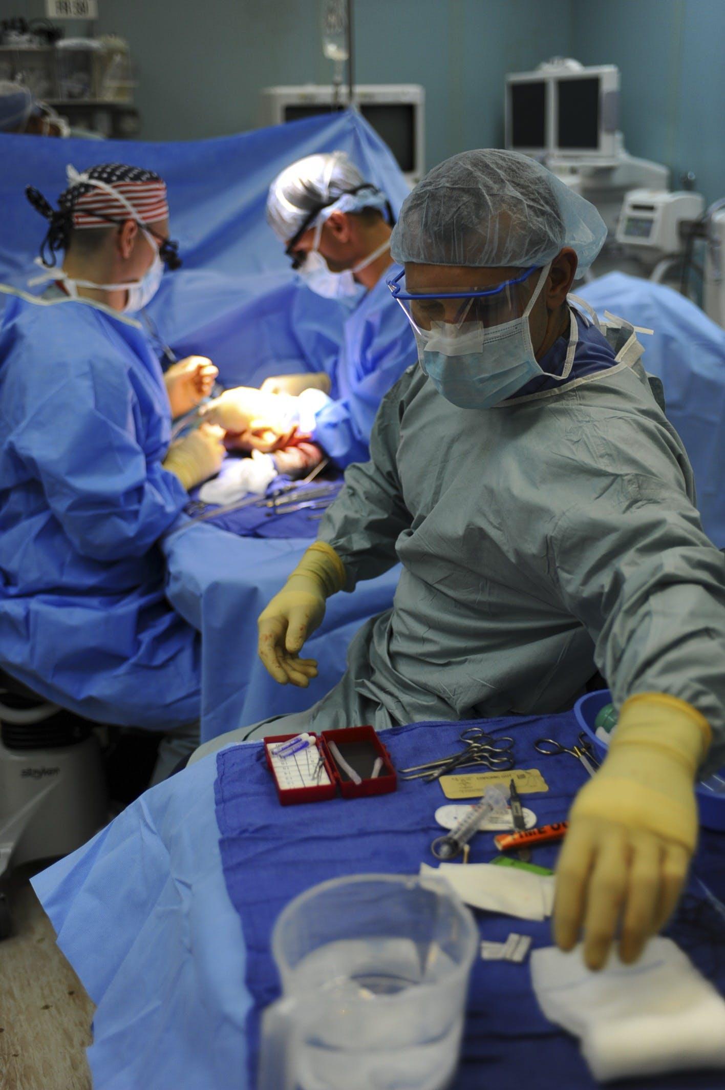 Kostenloses Stock Foto zu Ärzte, chirurg, drinnen, erwachsener