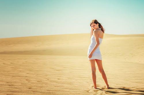 Gratis lagerfoto af klitter, klittern, kvinde, sand