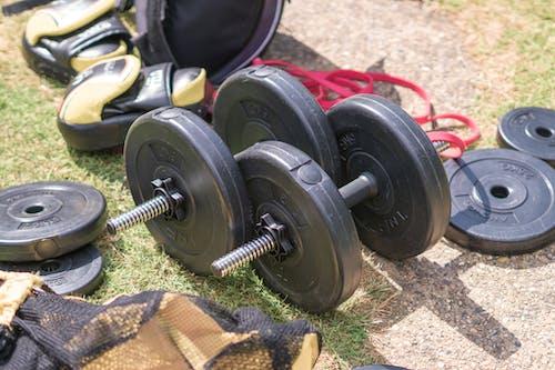 Бесплатное стоковое фото с индивидуальная тренировка, отягощения, силовая тренировка, спортивные снаряды