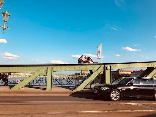 Ilmainen kuvapankkikuva tunnisteilla auto, BMW, Budapest, ihmiset