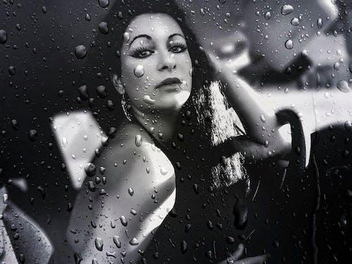 Foto stok gratis cinta, hari hujan, hitam dan putih, hujan