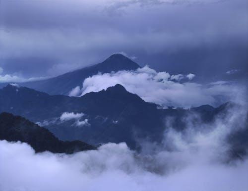 Foto d'estoc gratuïta de a l'aire lliure, alba, alt, amb boira