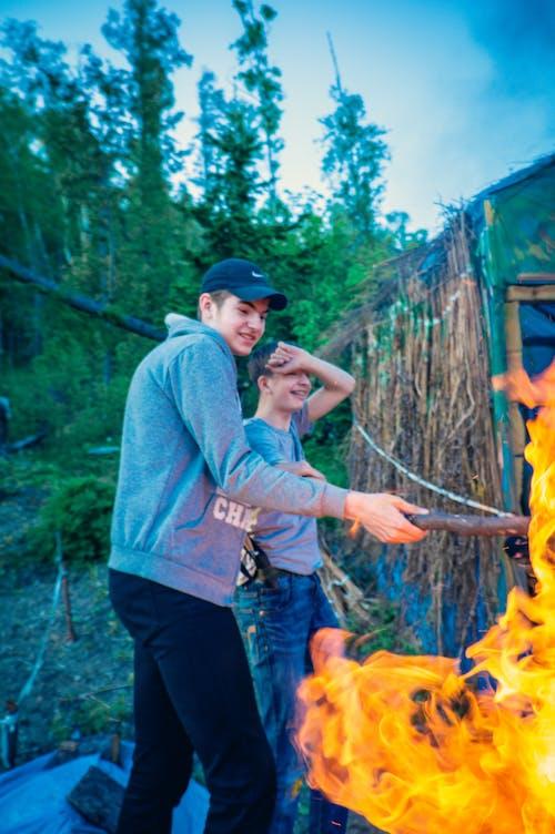 Základová fotografie zdarma na téma les, lidé, muž, oheň