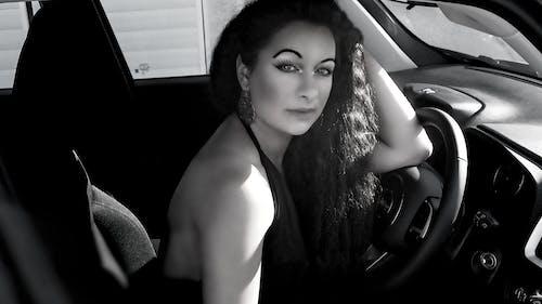 Foto stok gratis hitam dan putih, jendela mobil, mobil, perjalanan